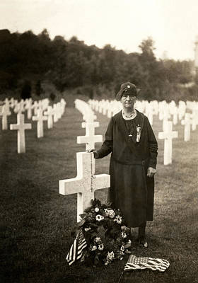 Doughboy Photograph - Wwi American Mother At Her Son's Grave by Historic Image