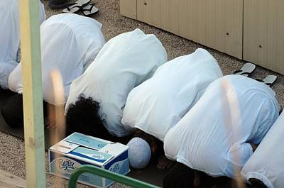 Islamic Detainees Pray At Camp Delta Art Print