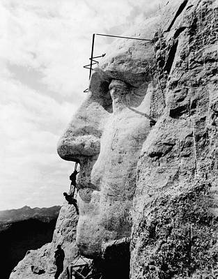 Personalities Photograph - Men Working On Mt. Rushmore by Underwood Archives