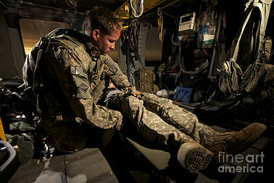 U.s. Army Specialist Practices Giving Art Print by Terry Moore