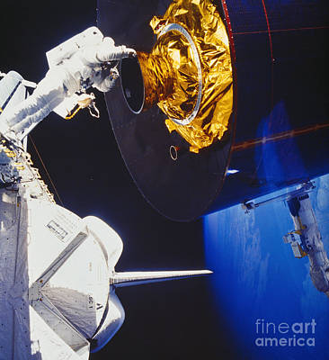 Photograph - Discovery Spacewalk by Science Source
