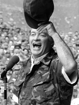 Uso Photograph - Bob Hope Entertaining The Troops by Everett