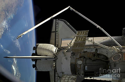 A Soyuz Vehicle And The Space Shuttle Art Print by Stocktrek Images
