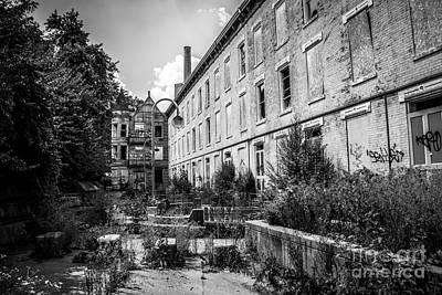 Decrepit Photograph - Abandoned Glencoe-auburn Hotel In Cincinnati by Paul Velgos