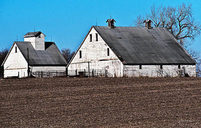 Photograph - Barn And Corn Crib by Edward Peterson