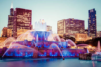 Buckingham Fountain Wall Art - Photograph - Buckingham Fountain And Chicago Skyline At Night by Paul Velgos