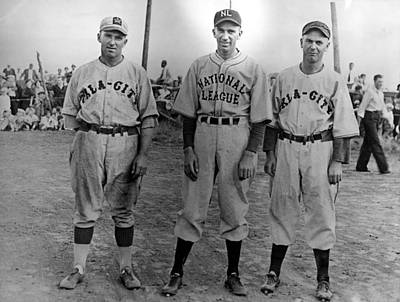 Baseball Uniform Photograph - Carl Hubbell Ctr Of Nys Giants Fame by Everett
