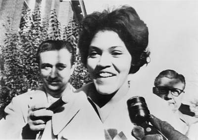 Charlayne Hunter Smiles To Reporters Art Print by Everett