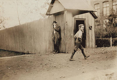 Huntsville Alabama Photograph - Child Goes To Work At Mill In Alabama - 1910 by International  Images