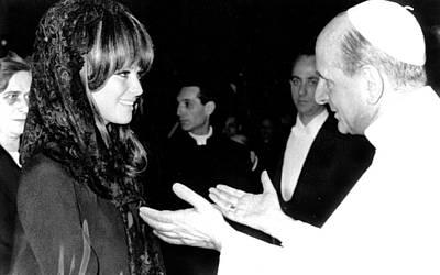 Skullcap Photograph - Claudia Cardinale Meets Pope Paul Vi by Everett