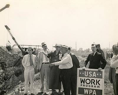 Eleanor Roosevelt At A Wpa Site In Des Art Print by Everett