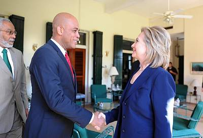 Hillary Clinton Meets With Haitian Art Print by Everett