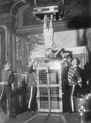 Houdini Photograph - Houdinis Water Torture Cell Escape by Everett