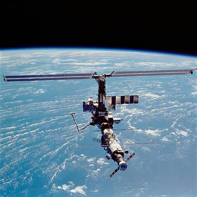 International Space Station In 2002 Art Print by Everett