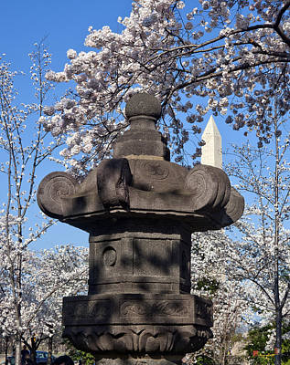 Photograph - Japanese Stone Lantern And The Washington Monument Ds057 by Gerry Gantt