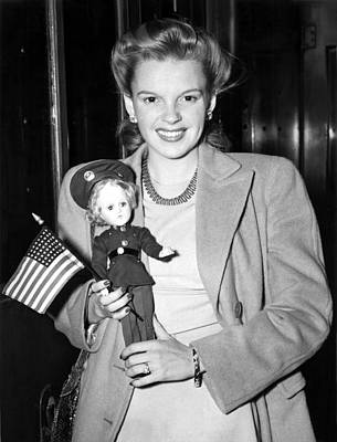 Uso Photograph - Judy Garland Arrives In Penn Station by Everett