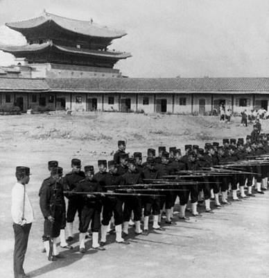 Photograph - Korean Soldiers At The Old Royal Palace In Seoul - C 1904 by International  Images