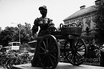 Molly Malone Statue In Dublin City Centre Ireland Print by Joe Fox