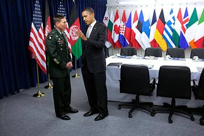 President Obama Talks With Gen. David Art Print by Everett