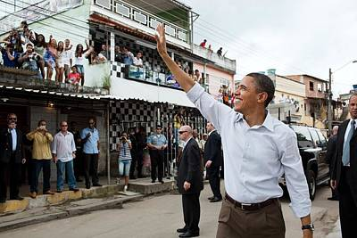 President Obama Waves To People Art Print by Everett
