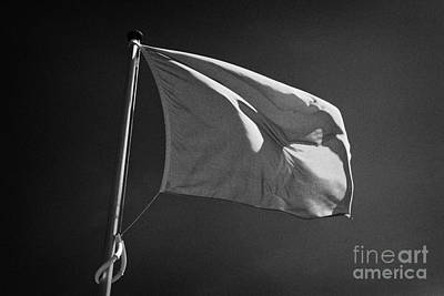 red flag flying marking the hanoverian english line Culloden moor battlefield site highlands scotl Art Print by Joe Fox