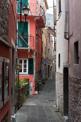 Photograph - Alleyway In Riomaggiore Cinque Terre Italy by Mike Reid