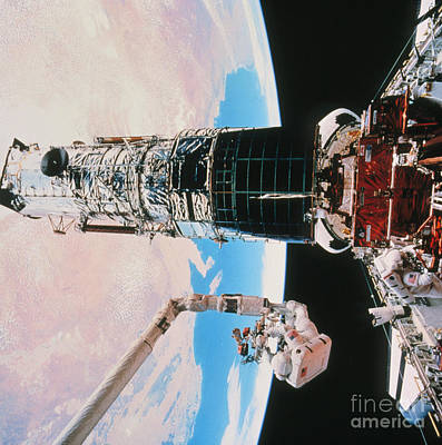 Photograph - Servicing The Hubble Space Telescope by NASA / Science Source