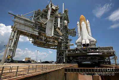 Space Shuttle Discovery Atop The Mobile Art Print