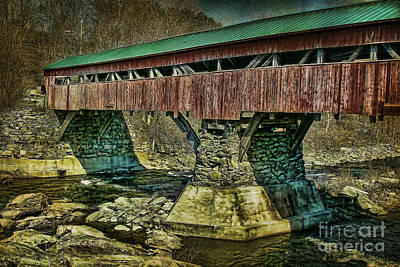 Taftsville Photograph - Taftsville Covered Brdidge by Deborah Benoit