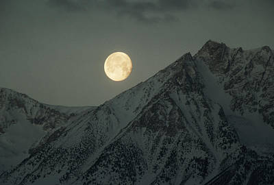 Bishops Peak Photograph - The Moon Sets Over Basin Mountain by Gordon Wiltsie