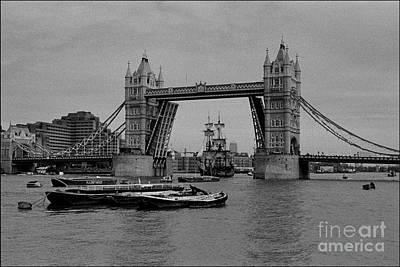Tower Bridge And The Endeavor Art Print by Aldo Cervato