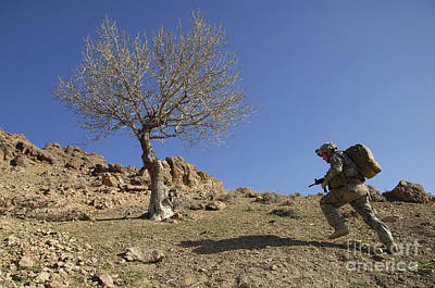 U.s. Army Soldier Climbing A Mountain Art Print by Stocktrek Images