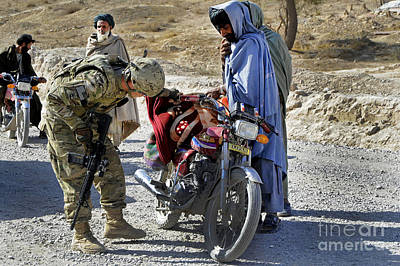 U.s. Army Soldier Conducts Vehicle Art Print by Stocktrek Images