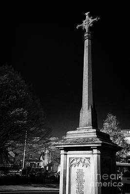 war memorial cenotaph with high cross in rutland square Bakewell market town in the high Peak Art Print by Joe Fox