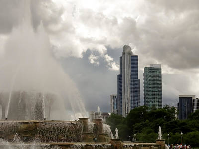 Buckingham Fountain And Chicago Skyline 02 Art Print by Cynthia Woods