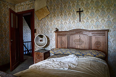 Abandoned House Photograph - Deserted Bed Room - Urban Exploration by Dirk Ercken