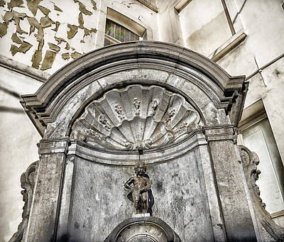 Boy Peeing Photograph - Manneken Pis In Brussels by Hans Engbers