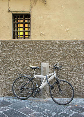 Photograph - White Bicyclye Against Textured Wall In Rome by Gary Slawsky