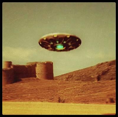 Paranormal Digital Art - Vintage Style Ufo Alien By Raphael Terra by Raphael Terra
