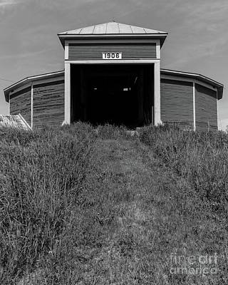 Round Barn Photograph - 1906 Round Barn Black And White by Edward Fielding