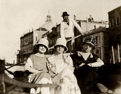 Photograph - 1925 Girlfriends In Venice Italy by Historic Image