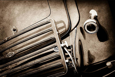 Lincoln Photograph - 1933 Lincoln Kb Judkins Coupe Taillight Emblem -0138s by Jill Reger