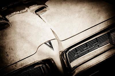Vintage Pontiac Photograph - 1968 Pontiac Gto Grille Emblem -0740s by Jill Reger