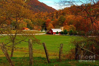 Maggie Valley Photograph - Barn In Maggie Valley by Larry Wright
