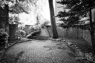 Elfreths Alley Photograph - bladens court off elfreths alley in the old city of Philadelphia USA by Joe Fox