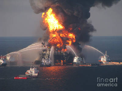 Gulf Oil Spill Photograph - Deepwater Horizon Fire, April 21, 2010 by Science Source