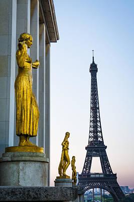 Photograph - Trocadero Statues With Eiffel Tower by Oscar Gutierrez