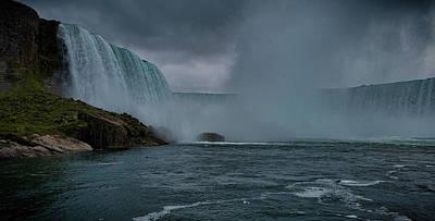 Strong America Photograph - Niagara Falls by Martin Newman
