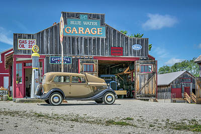 '34 Ford Sedan At Blue Water Garage Art Print