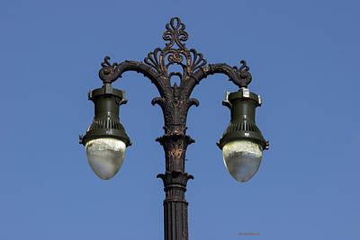 Photograph - Adorning Light Lamppost by Roberta Byram